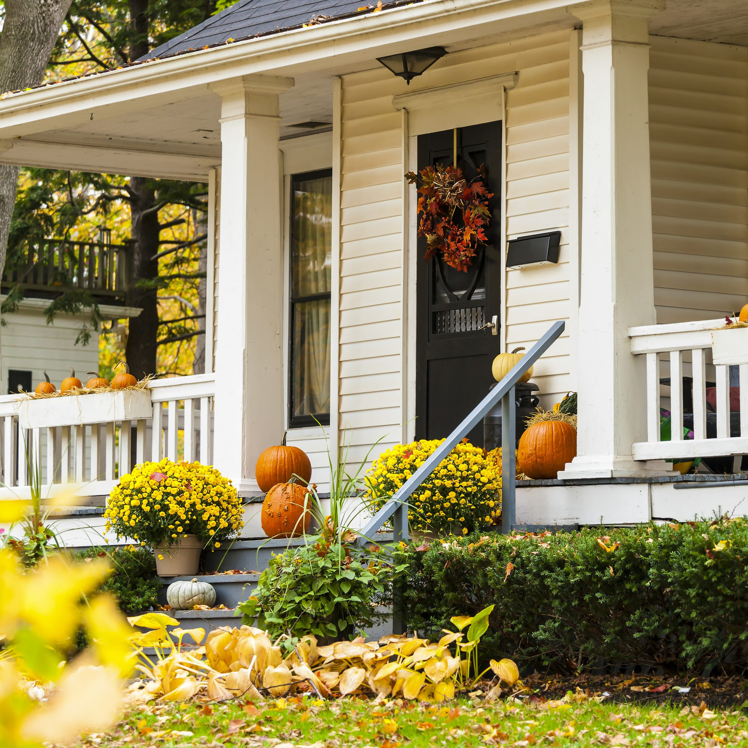 Seasonal front porch decor ideas with fall wreath on front door