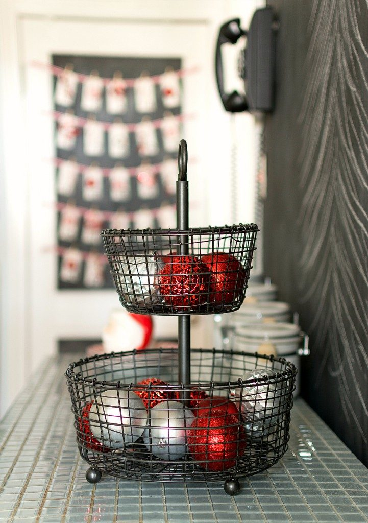 14-ways-to-decorate-your-kitchen-for-christmas10