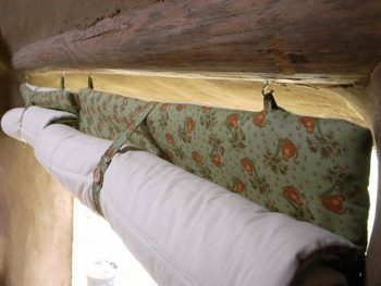 36-cold-weather-hacks-to-keep-you-cozy-this-winter-old-quilts-as-curtain