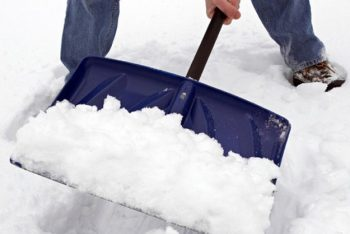 36-cold-weather-hacks-to-keep-you-cozy-this-winter-shovel-hack