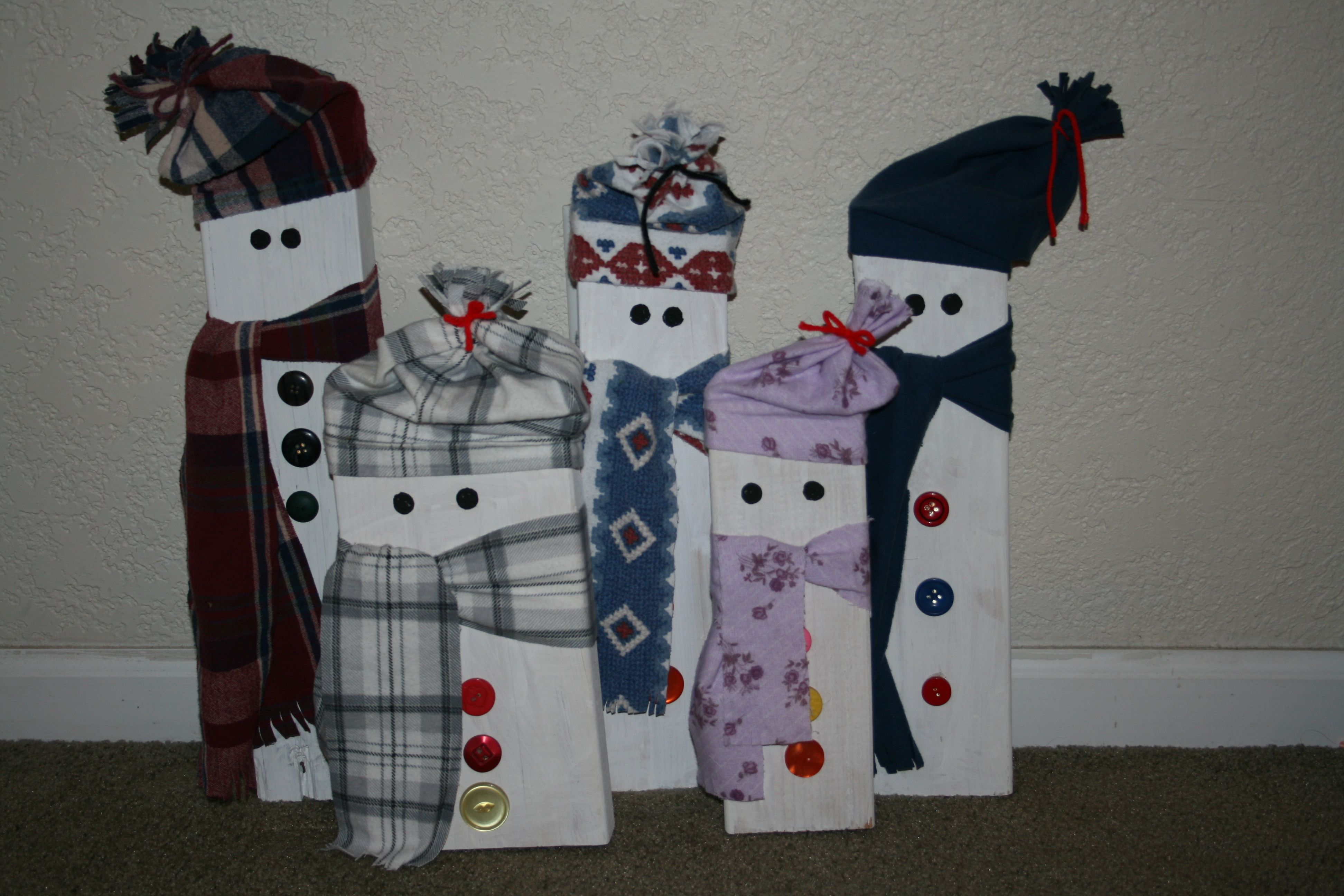 No Christmas decor is complete without snowmen. These DIY 2x4 Christmas decor ideas are so easy to make and will look so festive.