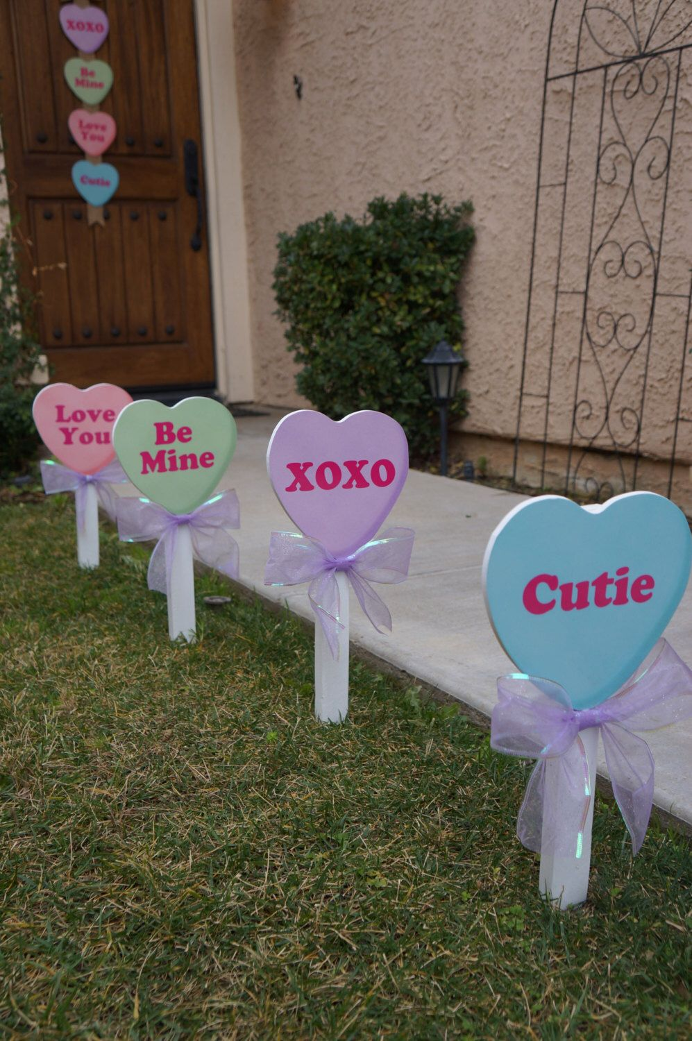 Valentine's Day is just around the corner. Check out these DIY Valentine's yard decor ideas. They will be the talk of the neighborhood.