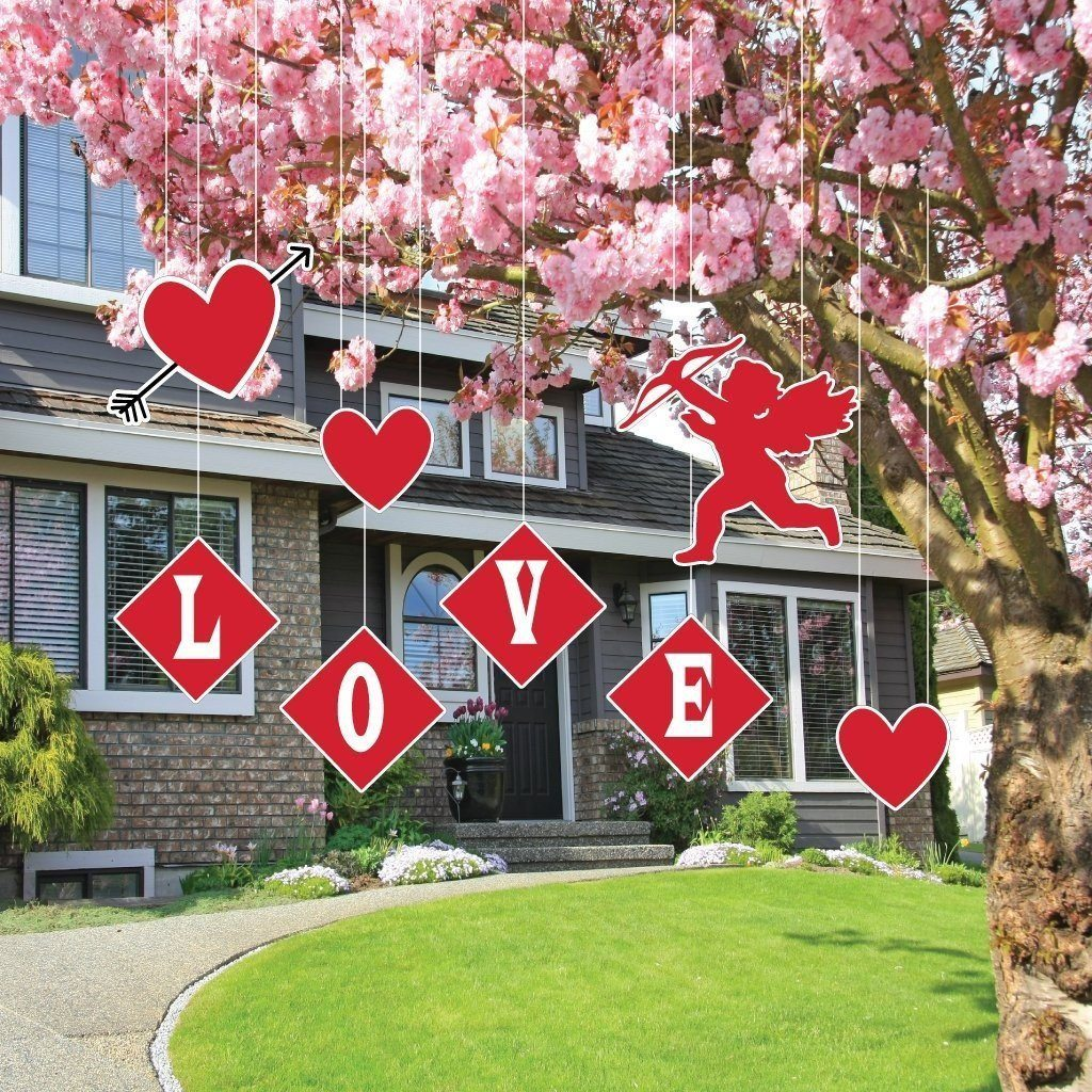 Valentine's Day is just around the corner. Check out these DIY Valentine's yard decor ideas. They are so cute and easy to make.